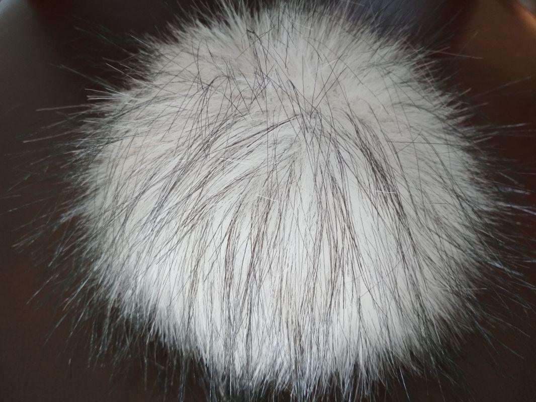 bílá kožešinová bambule s černým chloupkem